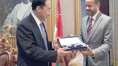 Photo of السـلطان قابوس يمنح وسام النعمان للسفير الصيني