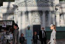 Photo of شانيل تحتفي بمعالم باريسية شهيرة في مجموعة أزياء جديدة
