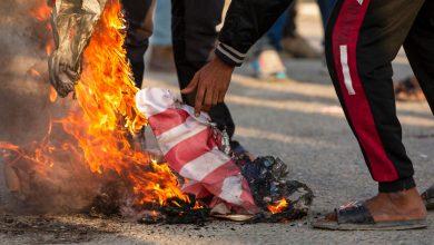 Photo of محتجون يهاجمون البوابة الرئيسية للسفارة الأميركية في بغداد وواشنطن تتهم الحكومة العراقية بالتقصير