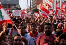 Photo of المحتجون يغنون أمام البنوك تعبيراً عن القلق على مدخراتهم