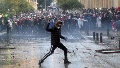 Photo of إصابة مئات المتظاهرين في بيروت خلال تجدد المواجهات العنيفة مع قوات الأمن