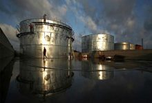 Photo of النفط ينخفض في ظل انتشار فيروس كورونا وارتفاع مخزونات الخام