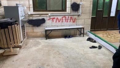 Photo of تخريب سيارات وشعارات عنصرية في قرية فلسطينية