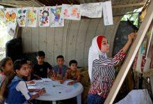 Photo of تلميذة في غزة تعلم أطفال الحي خلال إغلاق المدارس
