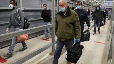 Photo of العمال الفلسطينيون يعودون إلى أماكن عملهم في إسرائيل بعد تباطؤ فيروس كورونا