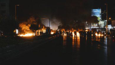 Photo of احتجاجات ليلية في لبنان إثر انخفاض غير مسبوق لليرة أمام الدولار…#لبنان_ينتفض
