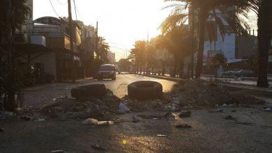 Photo of قطع أوتوستراد البداوي وطريق عام حلبا احتجاجاً على تردي الاوضاع المعيشية