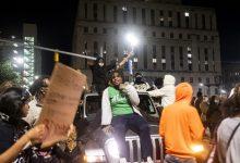 Photo of موقع مقتل جورج فلويد في مينيابوليس الاميركية يتحول إلى ساحة نقاش مفتوح ومنبر للمطالبة بالعدالة