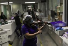 Photo of على أوتار الأمل… ممرضة تعزف على الكمان لمصابي كورونا في تشيلي