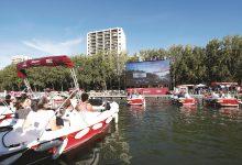Photo of الباريسيون يشاهدون السينما من قوارب على نهر السين