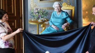 Photo of الملكة اليزابيث تشاهد إزاحة الستار عن صورة لها في وزارة الخارجية البريطانية