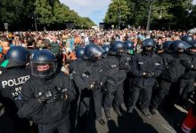 Photo of إصابة 45 شرطياً باحتجاجات في برلين على إجراءات احتواء كورونا