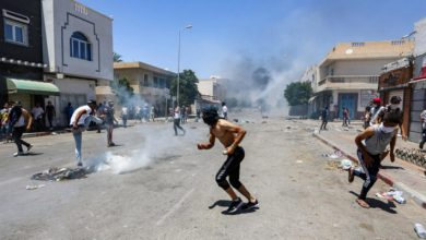 Photo of تونس: اشتباكات عنيفة بين المتظاهرين والشرطة واعتقال المئات