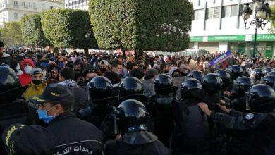 Photo of تجدد الصدامات في تونس بعد وفاة شاب متأثراً بإصابته بقنبلة مسيلة للدموع