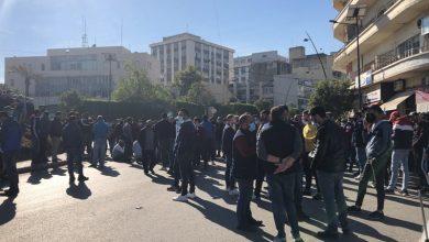 Photo of محتجون قطعوا ساحة النجمة في صيدا احتجاجاً على عدم شمولهم بتخفيف قيود الاقفال