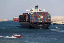 Photo of سفينة حاويات عملاقة تعطّل حركة الملاحة في قناة السويس