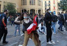 Photo of متظاهرون يحاولون اقتحام وزارة الاقتصاد احتجاجاً على الغلاء وتراجع القدرة الشرائية