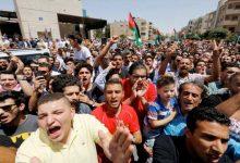 Photo of مئات المتظاهرين الأردنيين يطالبون بإغلاق السفارة الإسرائيلية في عمان