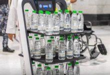 Photo of روبوتات لتوزيع مياه زمزم على زوار مكة حرصاً على التباعد المادي