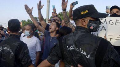 Photo of تونس: اشتباكات أمام مبنى البرلمان وقيس سعيد يرفض الاتهامات بتنفيذ انقلاب