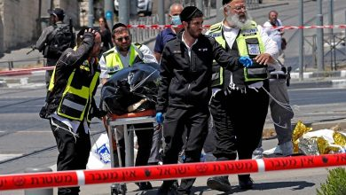 Photo of فلسطيني يطعن إسرائيليَين قبل ان تطلق شرطية عليه النار وتشل حركته