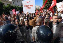 Photo of الآلاف يتظاهرون وسط العاصمة التونسية احتجاجاً على تعزيز سعيّد لصلاحياته